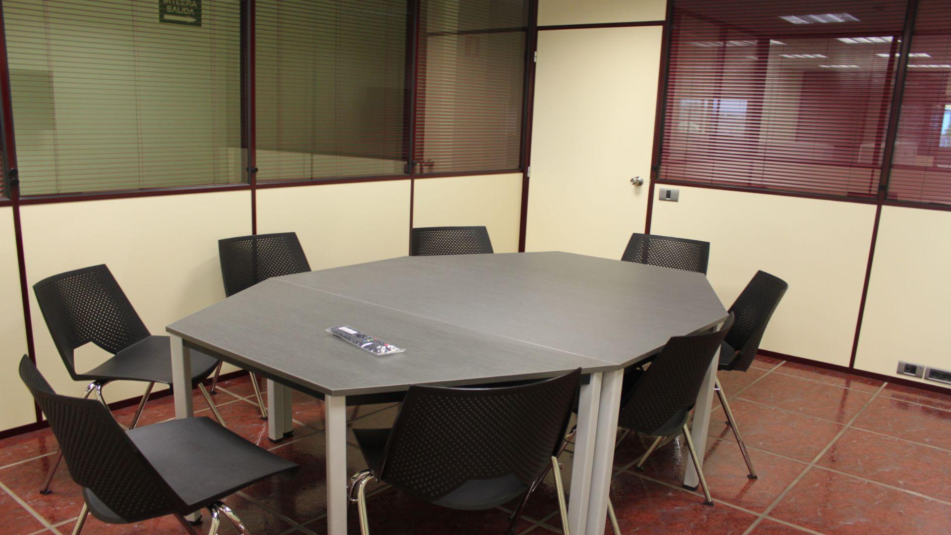 mesa con sillas en la sala de reuniones de asuakoworking