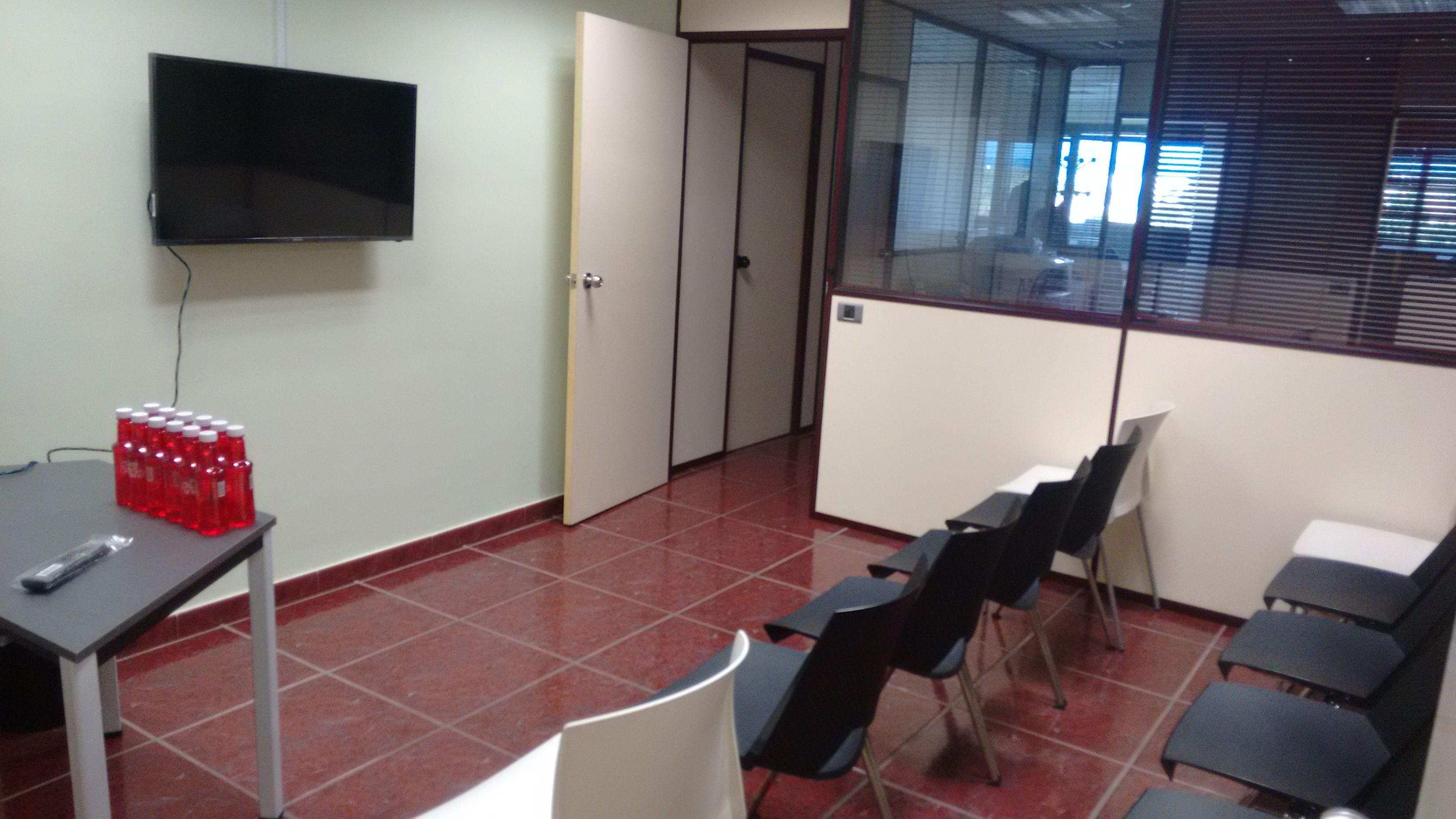 sala de reuniones con televisión